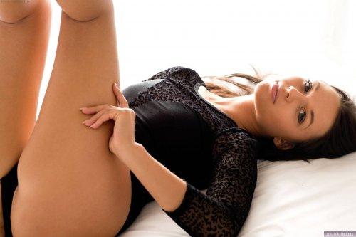 Похотливая Jane ждет на кровати