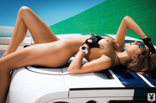 Alyssa Arce обнажилась, лежа на спортивной машине