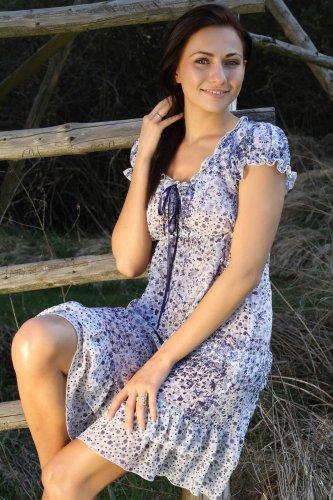 Michaela Isizzu около деревенской лестницы показала свою щелку