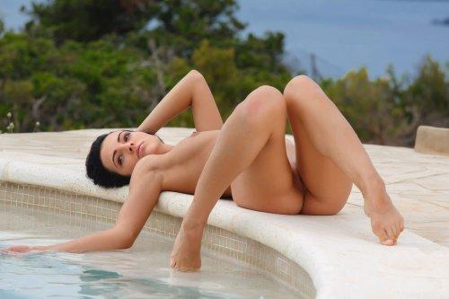 Sapphira A скучает у бассейна