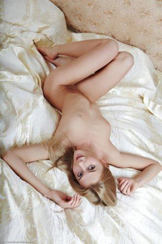 Cathy S в красном кружевном белье раздевается на кровати