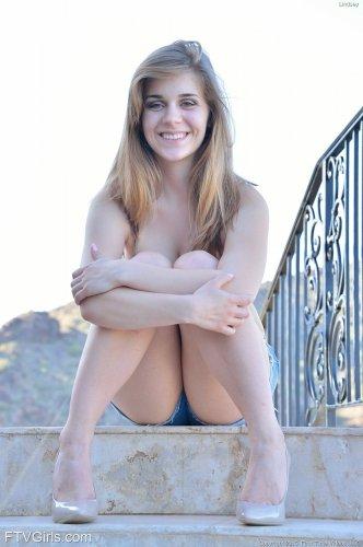 Сочные груди и дырочки Lindsey FTV вид снизу