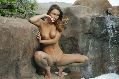 Yarina P голая стоит у водопада
