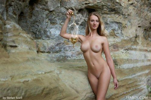 Раздетая Carisha позирует у скал