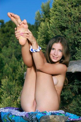 Худенькая и голая Vivian с розовыми половыми губками