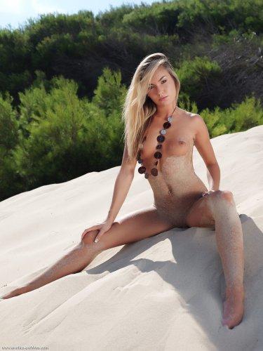 Идеальная Veronika Fasterova с возбужденно-торчащими сосками греется на песочке