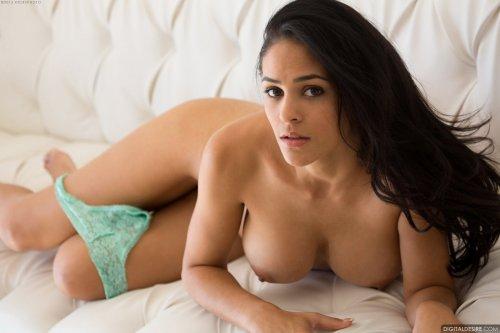 Jasmine Caro оголяет тело на кожаном диване