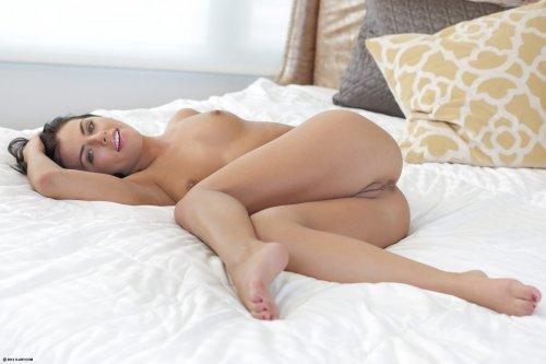 Подсматриваем за мастурбирующей Adriana Chechik