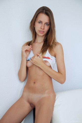 Голая Lucia D на белом кожаном диване