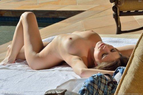 Stacey FTV готовится вставить огромный дилдо