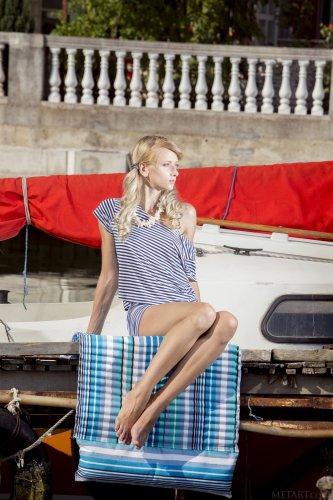 Голая Nika в лодке
