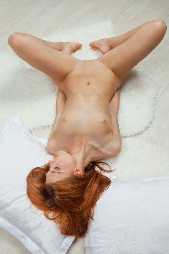 Рыжеволосая Carinela хочет секса