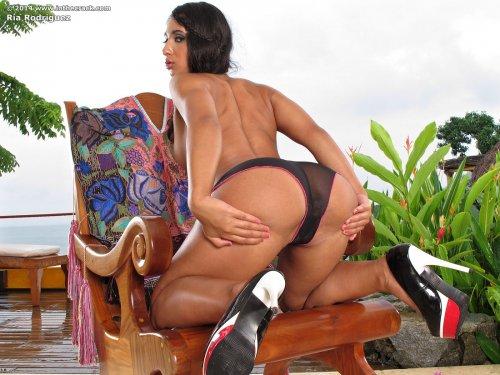 Ria Rodriguez с накачанной попкой показывает свою киску