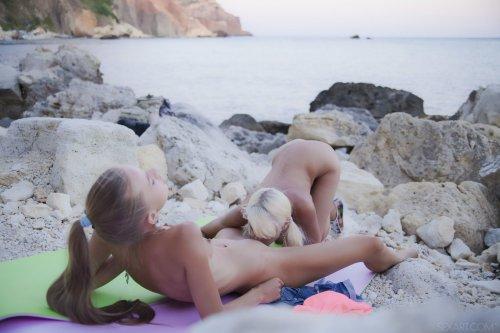 Стройные лесби Milena D & Nika N отдыхают на скалистом пляже