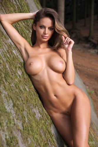 Голая Dana Harem с большой грудью среди скал