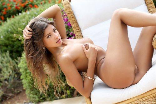 Красотка с тонкой талией Melena Tara вставила два пальчика