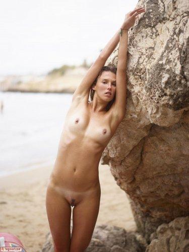 Голая Patti развлекается на пустынном берегу