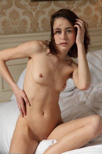 Natasha Shy извивается на кровати