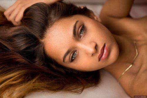 Uma Jolie с потрясающими глазами и упругой попкой
