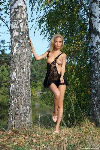 Блондинка Delilah G шалит возле березы