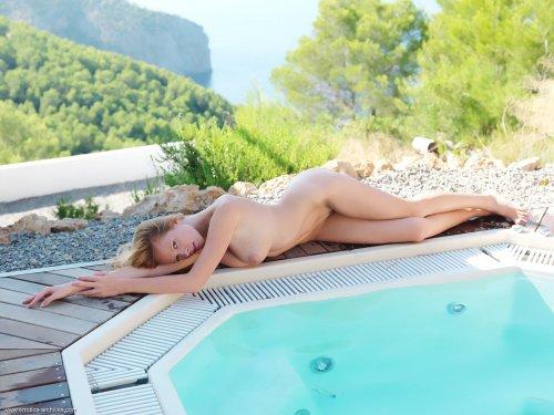 Фотосет обнаженной Carmen Gemini у бассейна