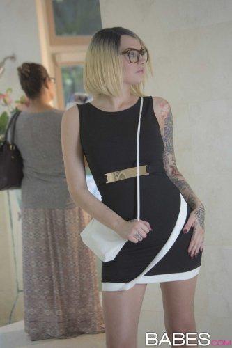 Привлекательная и татуированная Emma Mae раздевается