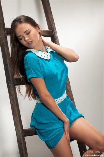 Обворожительная крошка Li Moon снимает платье