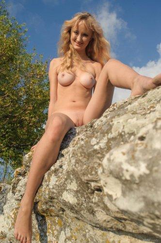 Миниатюрная Zemira позирует среди камней