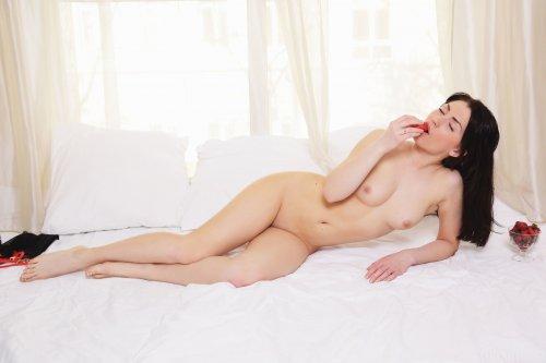 Sasha Bree ест клубнику красивом белье