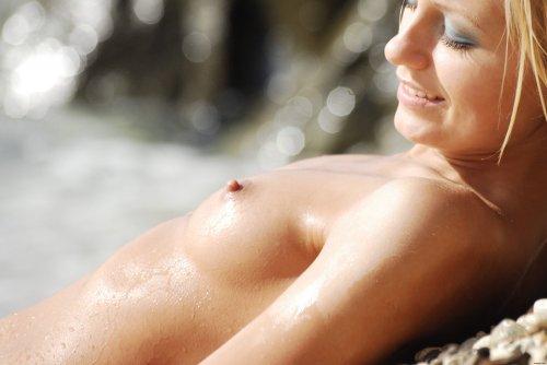 Милашка Gerra купается и загарает обнаженной