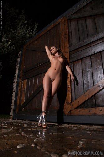 Идеальная Natasha Anastasia томно позирует голой