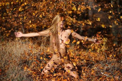 Chrissy Fox писает с дерева