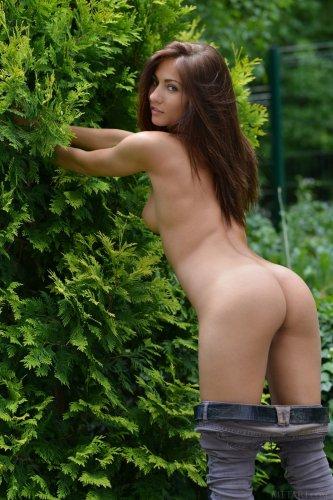 Michaela Isizzu хочет чтобы ее отымели в садовой тележке