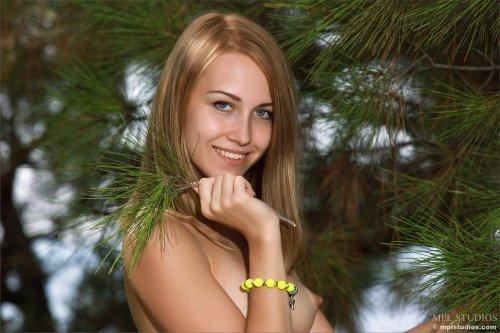 Izabel раздевается в лесу