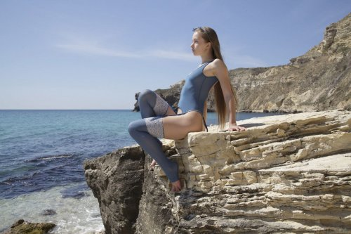 Milena Rebrik мастурбирует на камнях