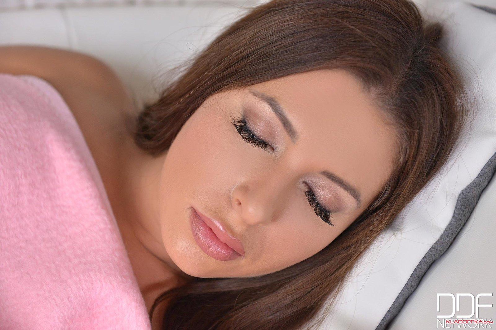 Смотреть фотографии красивых голых девушек в трусиках и нюхать — 1