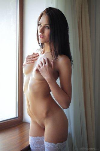 Nika Lace в белых чулках у окна
