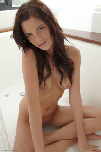 Monika Benz голая набирает ванну