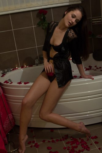 Aleta удовлетворяет себя пальцами в ванне с лепестками роз
