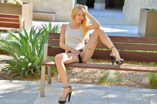 Блондинка Blake Eden с самотыком на природе