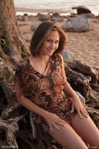 Юная Selena B позирует голой у корней дерева