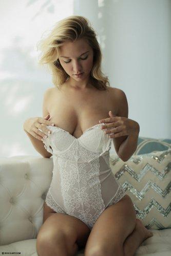Lily Ivy снимает нижнее белье и ласкает себя