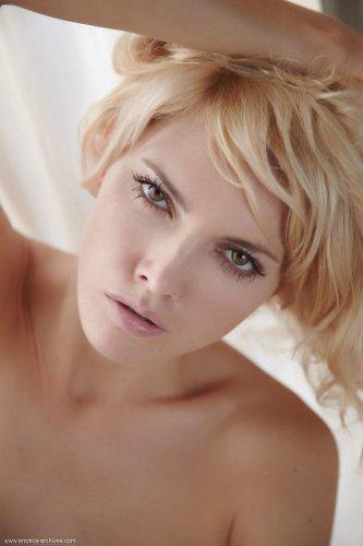 Стройная блондинка Lilly A позирует у окна