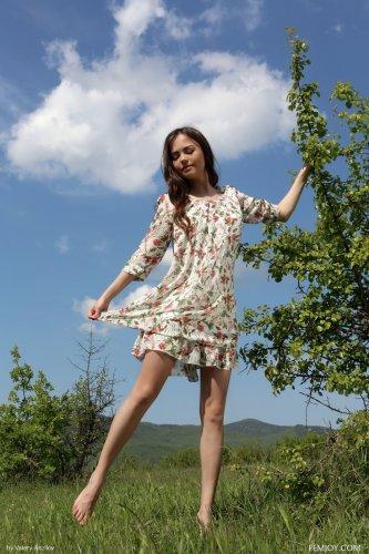 Li Moon голая на травке раздвинула ноги