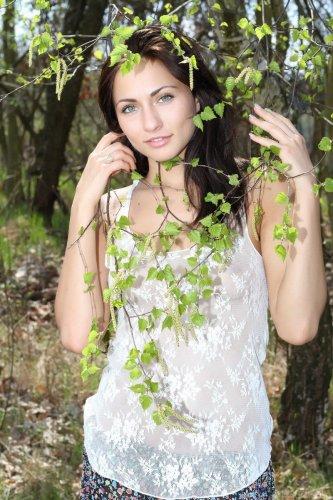 Весенний фотосет обнаженной Michaela Isizzu в лесу