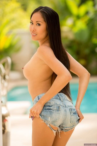 Милая азиаточка Davon Kim снимает с себя шорты
