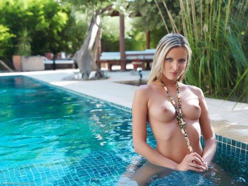 Neilla Feline в бассейне голая