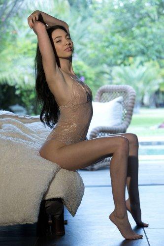 Araya Acosta обнажается на полу