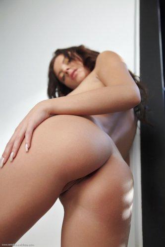 Длинноногая Monika Benz в красных босоножках