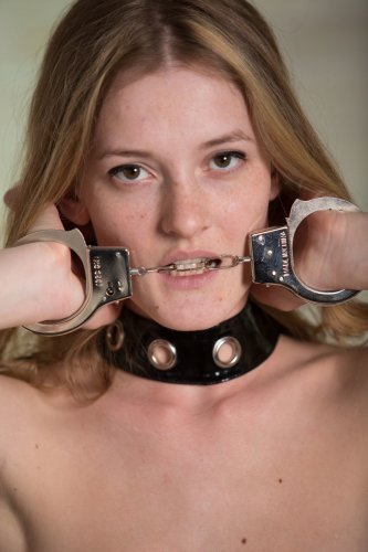 Claudia в наручниках